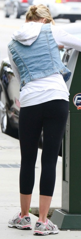 CAMERON-DIAZ-in-Tight-Leggings-Out.jpg - 67.27 KB