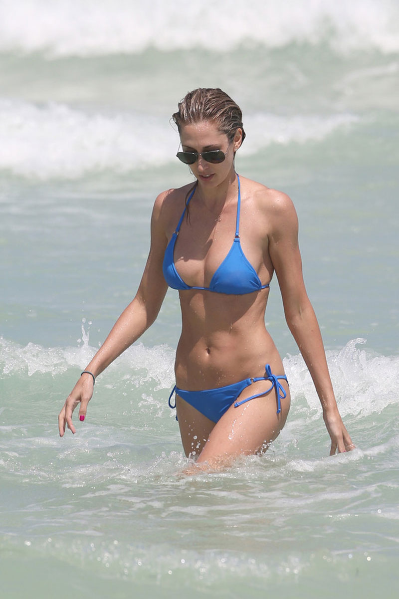 LAUREN-STONER-in-Blue-Bikini-on-a-Beach-in-Miami-13.jpg - 113.39 KB