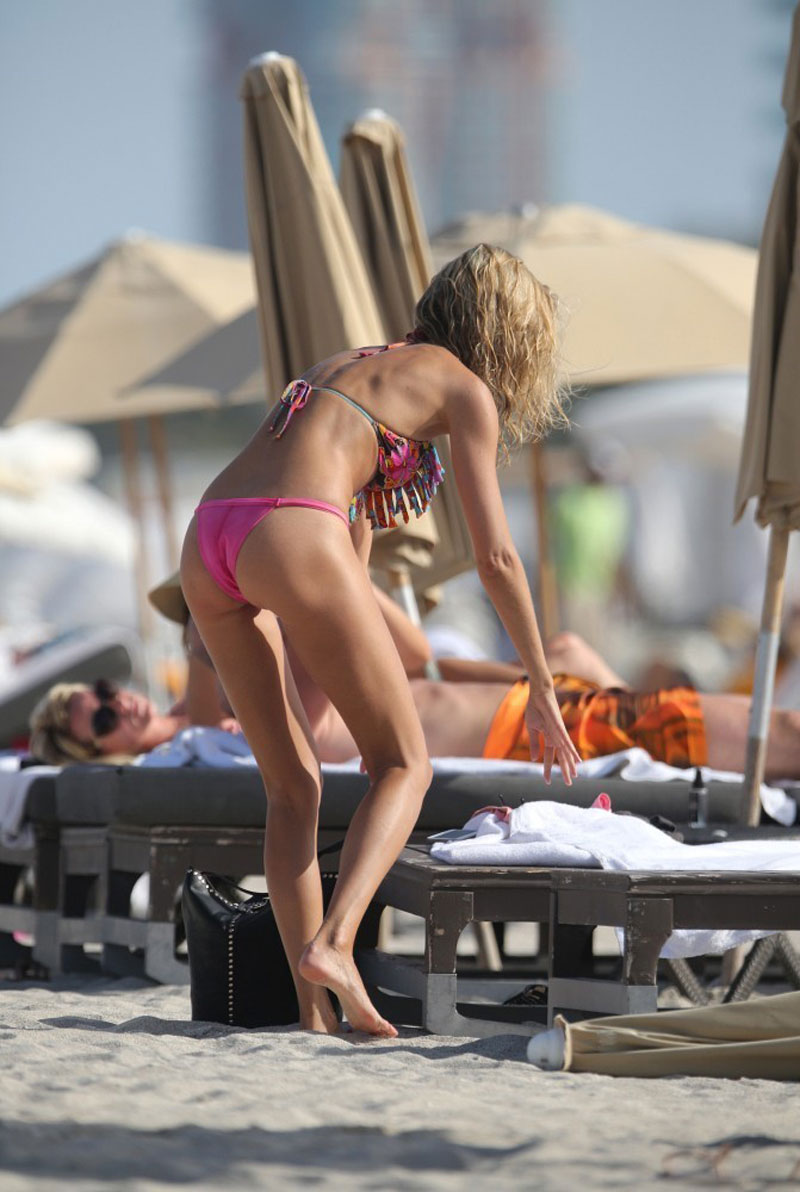 LAUREN-STONER-in-Bikini-at-a-Beach-in-Miami-11.jpg - 129.00 KB