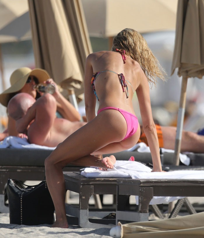 LAUREN-STONER-in-Bikini-at-a-Beach-in-Miami-2.jpg - 120.61 KB