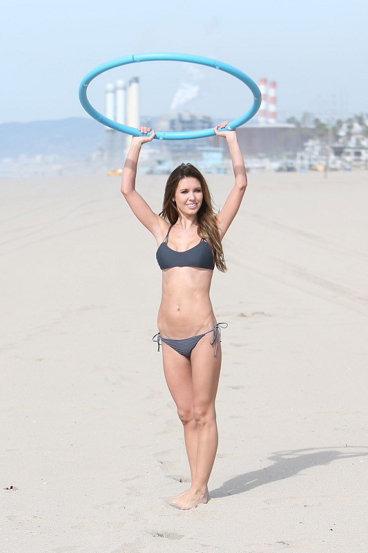 AUDRINA-PATRIDGE-in-Bikini-on-the-Beach-in-Los-Angeles-37.jpg - 86.17 KB