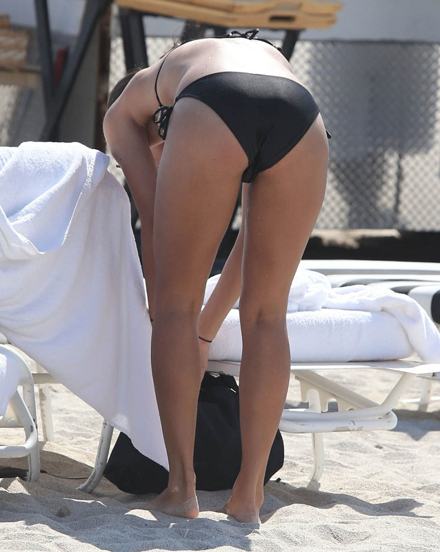 CORINNE-BISHOP-in-Bikini-at-a-Beach-in-Miami-5.jpg - 143.58 KB