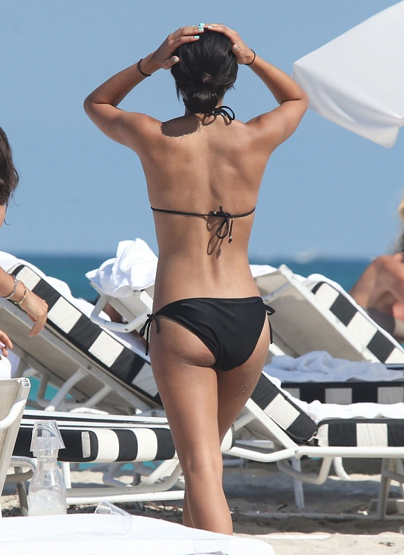 CORINNE-BISHOP-in-Bikini-at-a-Beach-in-Miami-6.jpg - 126.80 KB
