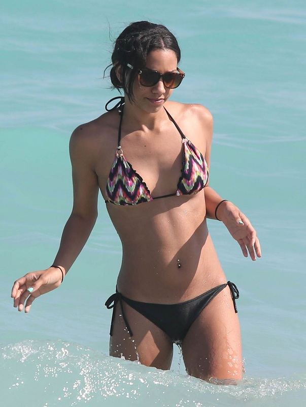 CORINNE-BISHOP-in-Bikini-at-a-Beach-in-Miami-7.jpg - 114.04 KB