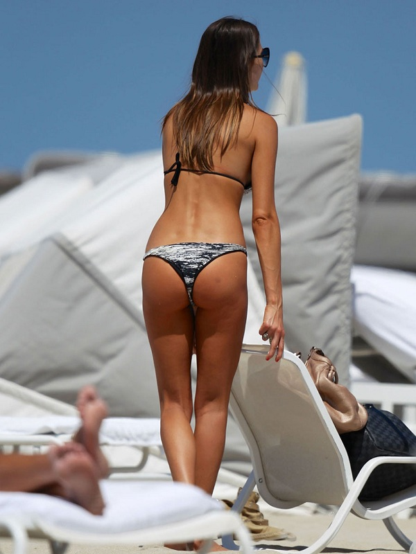 JULIA-PEREIRA-in-Bikini-on-a-Beach-in-Miami-4.jpg - 106.67 KB
