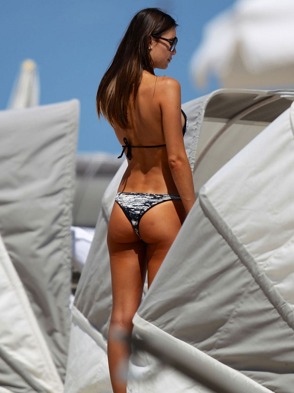 JULIA-PEREIRA-in-Bikini-on-a-Beach-in-Miami-6.jpg - 106.35 KB