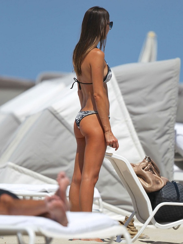 JULIA-PEREIRA-in-Bikini-on-a-Beach-in-Miami-8.jpg - 101.22 KB