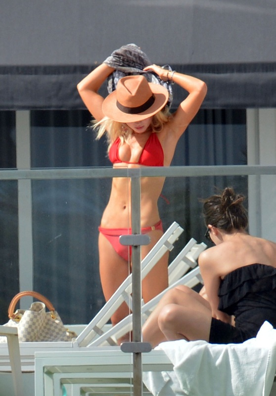 EMMA-RIGBY-in-Bikini-in-Miami-Beach-13.jpg - 115.59 KB