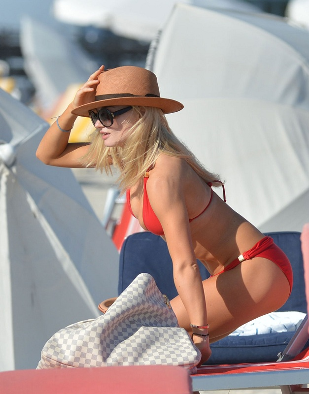 EMMA-RIGBY-in-Bikini-in-Miami-Beach-6.jpg - 121.79 KB