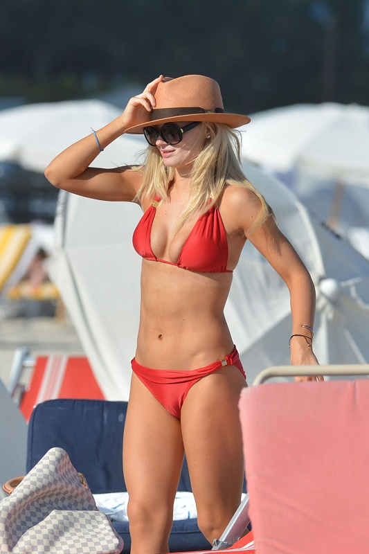 EMMA-RIGBY-in-Bikini-in-Miami-Beach-8.jpg - 106.34 KB