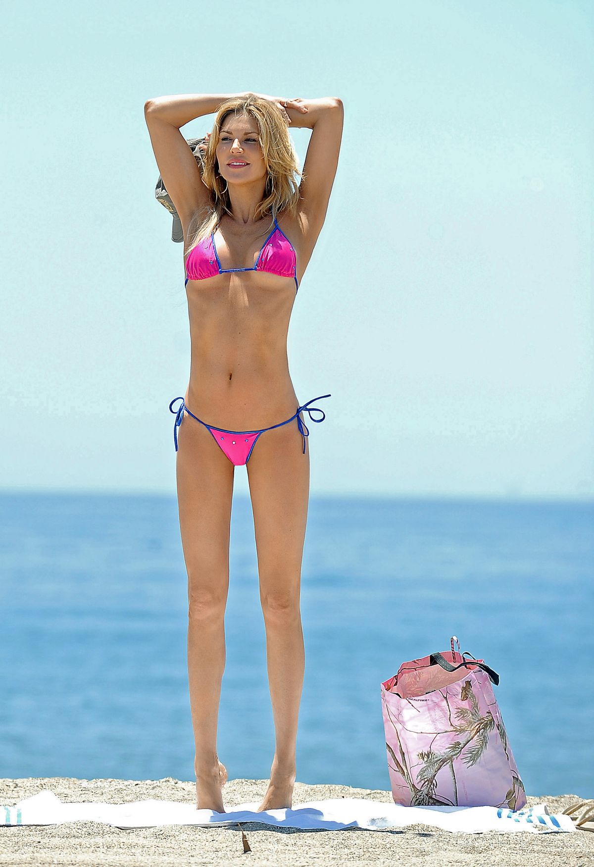 brandi-glanville-in-bikini-at-a-beach-in-los-angeles_10.jpg - 218.84 KB