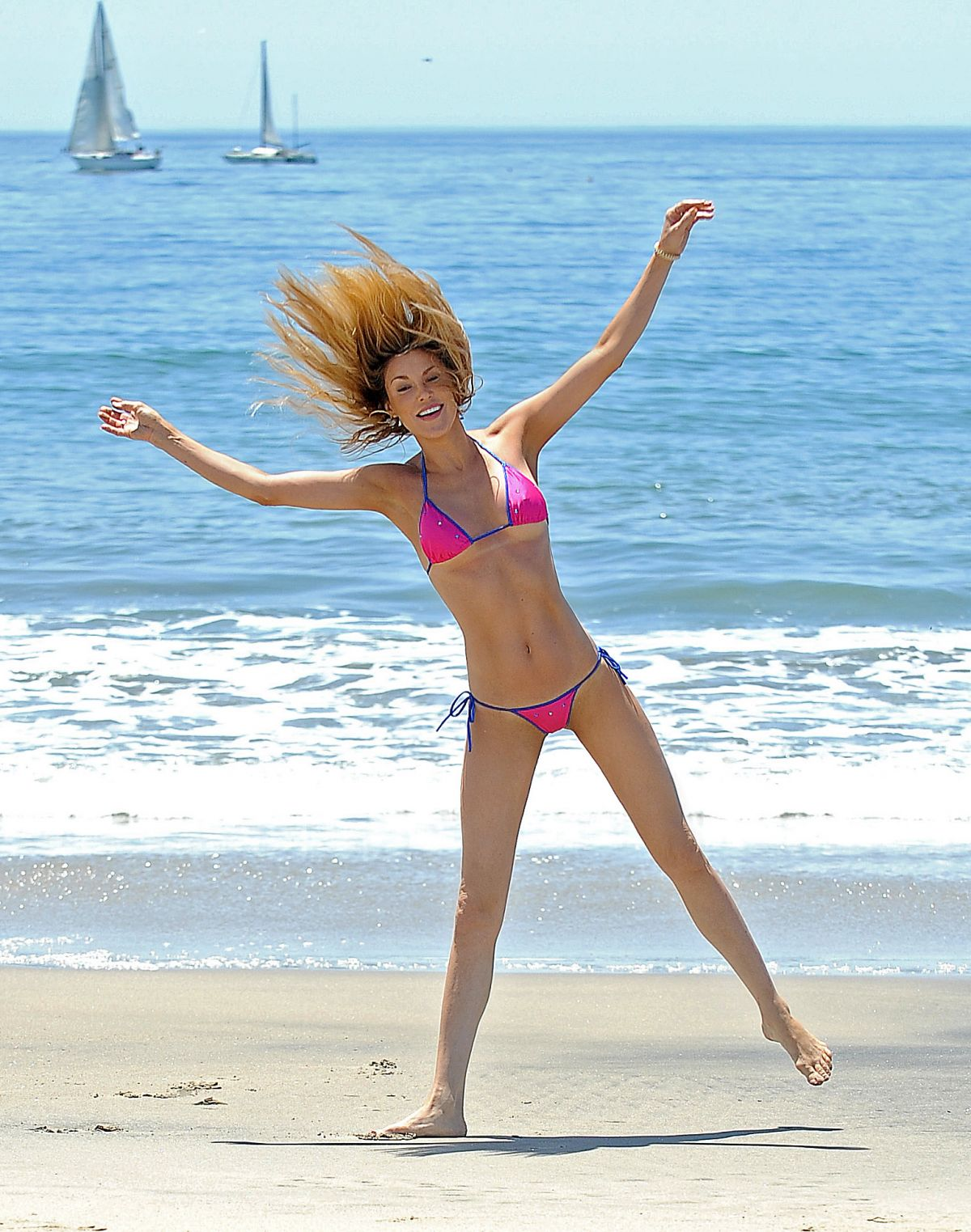 brandi-glanville-in-bikini-at-a-beach-in-los-angeles_16.jpg - 266.67 KB