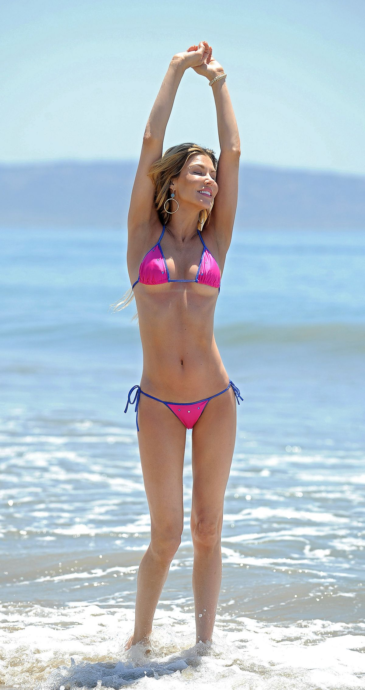 brandi-glanville-in-bikini-at-a-beach-in-los-angeles_34.jpg - 271.76 KB