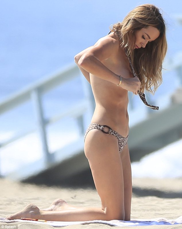 courtney-bingham-leopard-bikini-on-the-beach-in-malibu-1.jpg - 57.63 KB