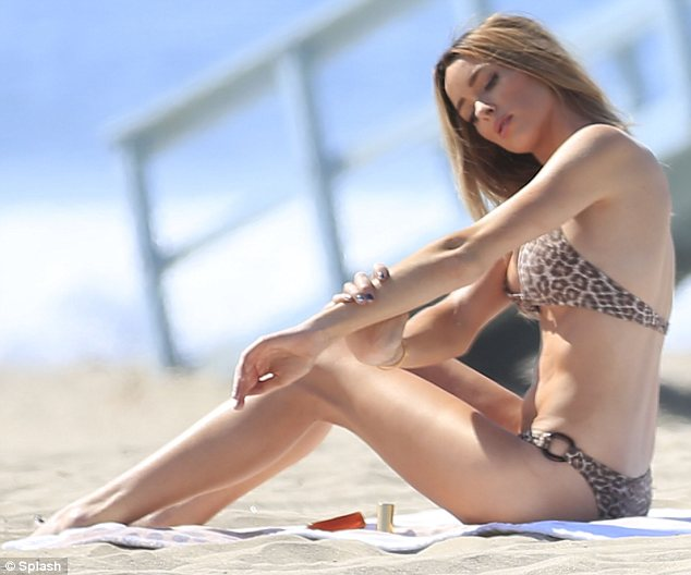 courtney-bingham-leopard-bikini-on-the-beach-in-malibu-5.jpg - 43.46 KB