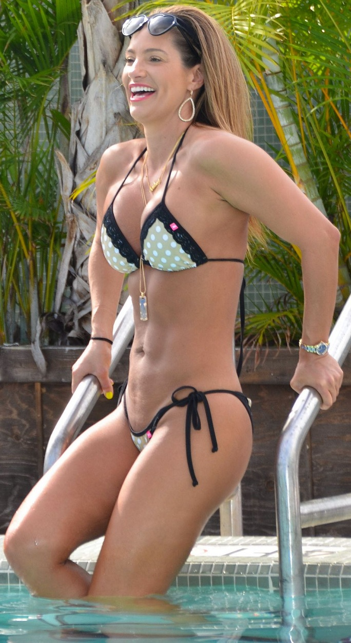 jennifer-nicole-lee-in-a-bikini-at-a-pool-in-miami_8.jpg - 268.74 KB