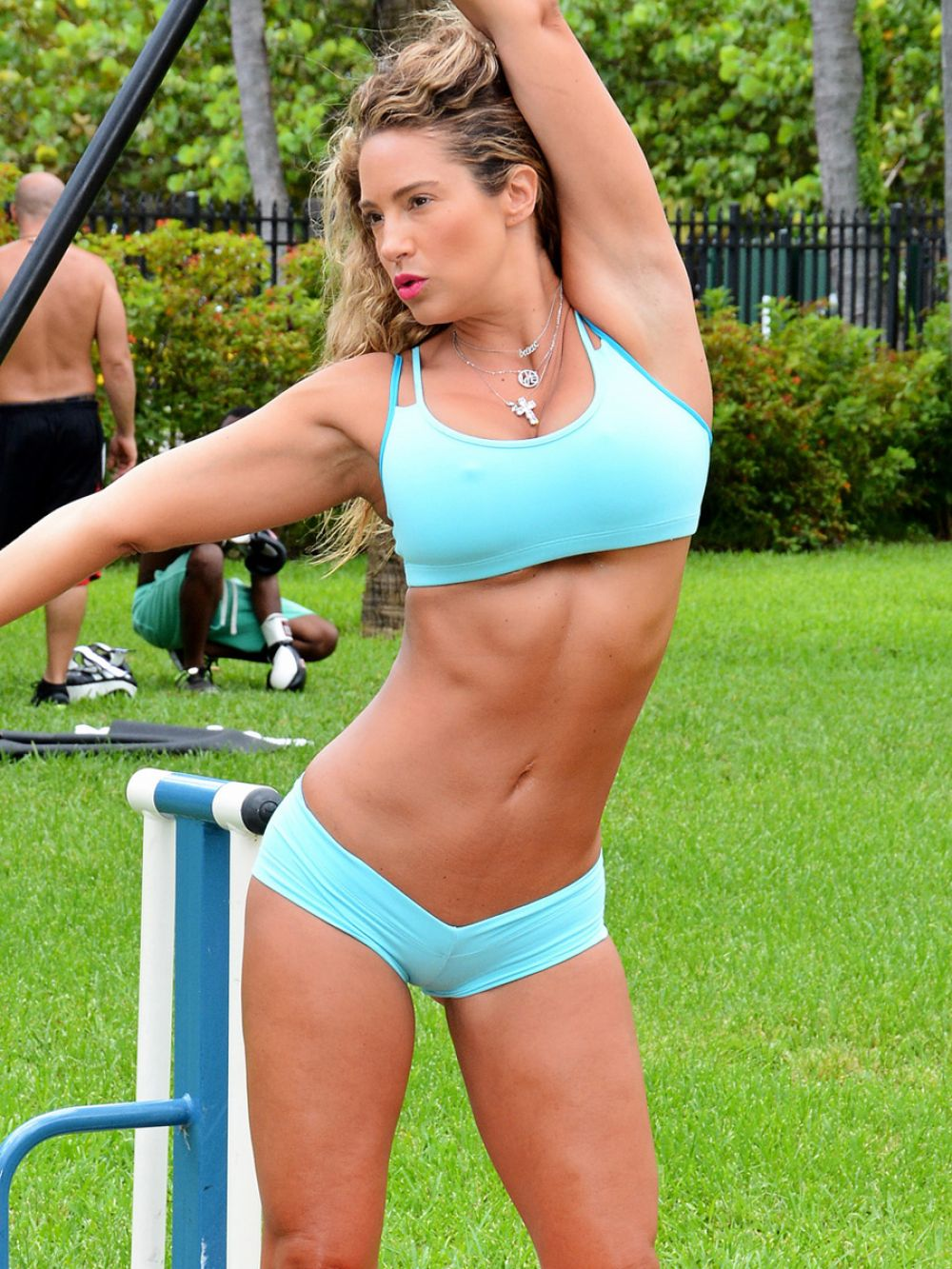jennifer-nicole-lee-working-out-at-a-park-in-miami_9.jpg - 230.51 KB