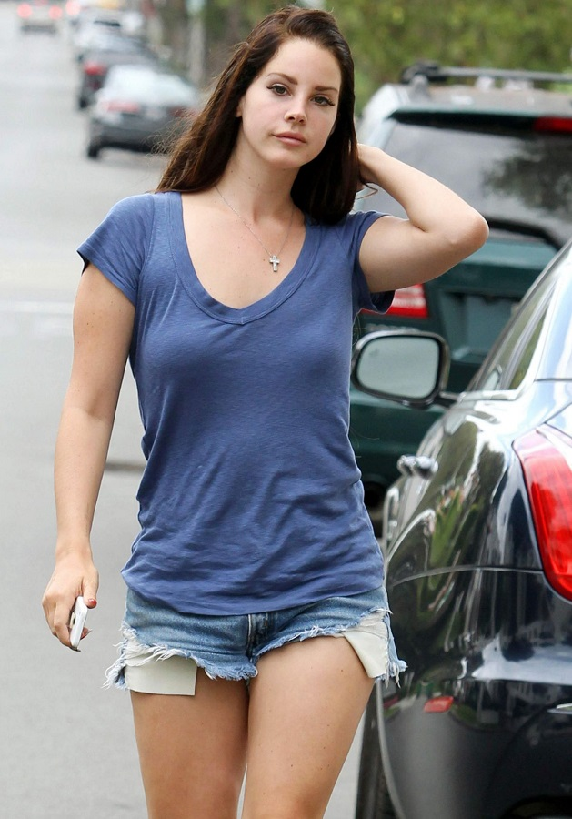 lana-del-rey-in-denim-shorts-out-in-los-angelews_2.jpg - 161.04 KB