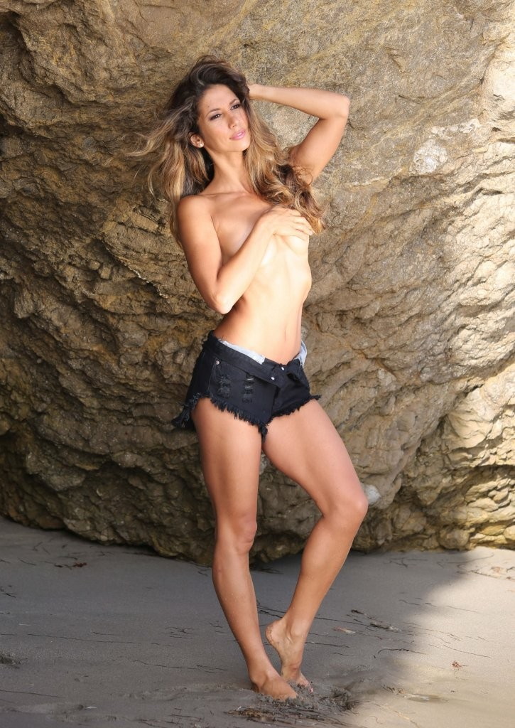 Leilani Dowding on a photoshoot in Malibu_082213_3.jpg - 197.99 KB