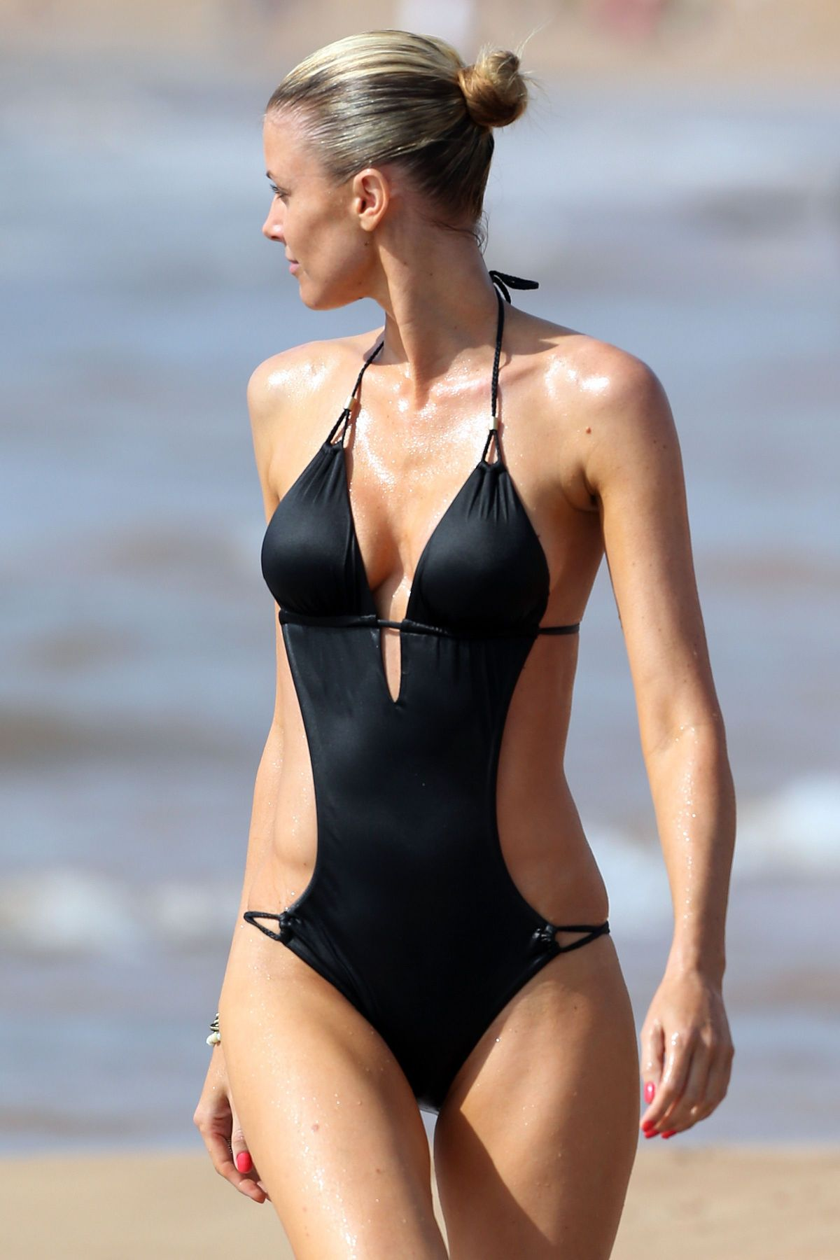 paige-butcher-in-swimsuit-at-a-beach-in-maui_3.jpg - 143.29 KB