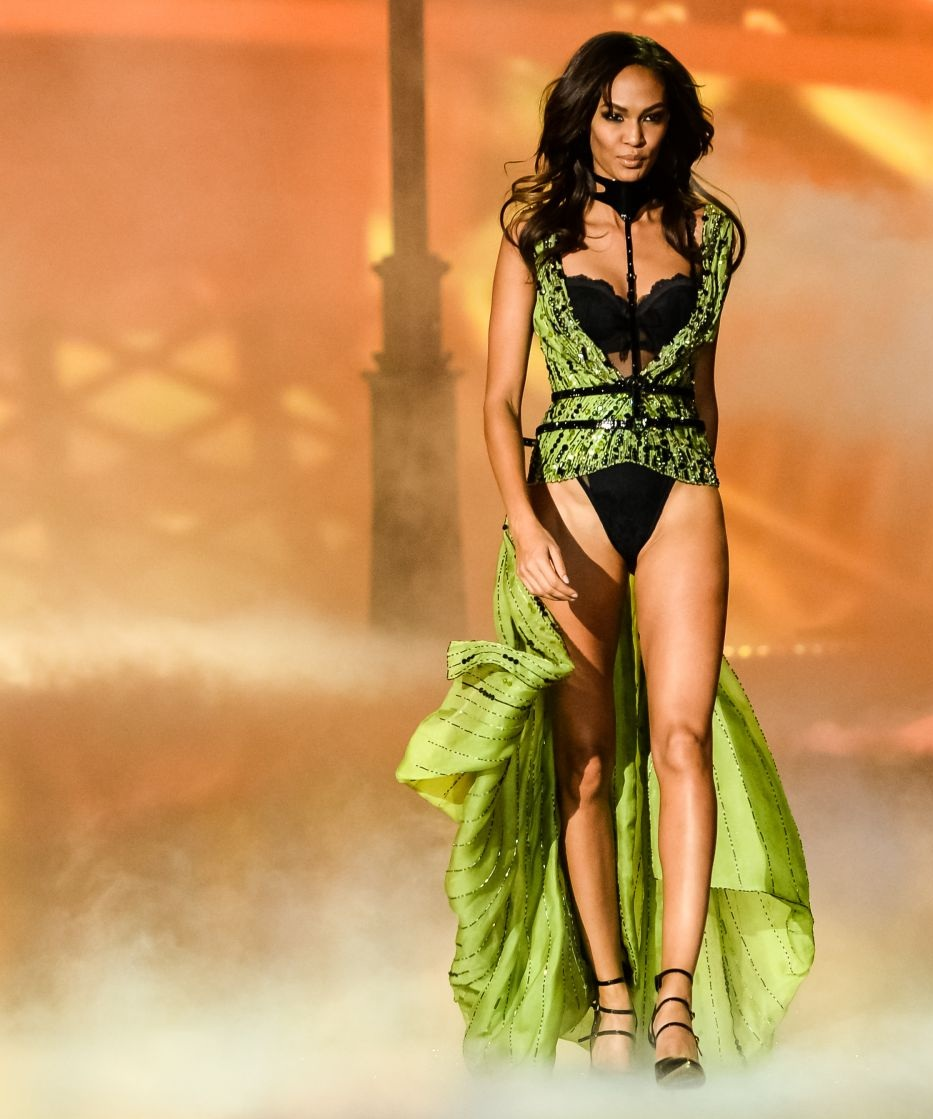 joan-smalls-at-2013-victoria-s-secret-fashion-show-in-new-york_11.jpg - 182.19 KB