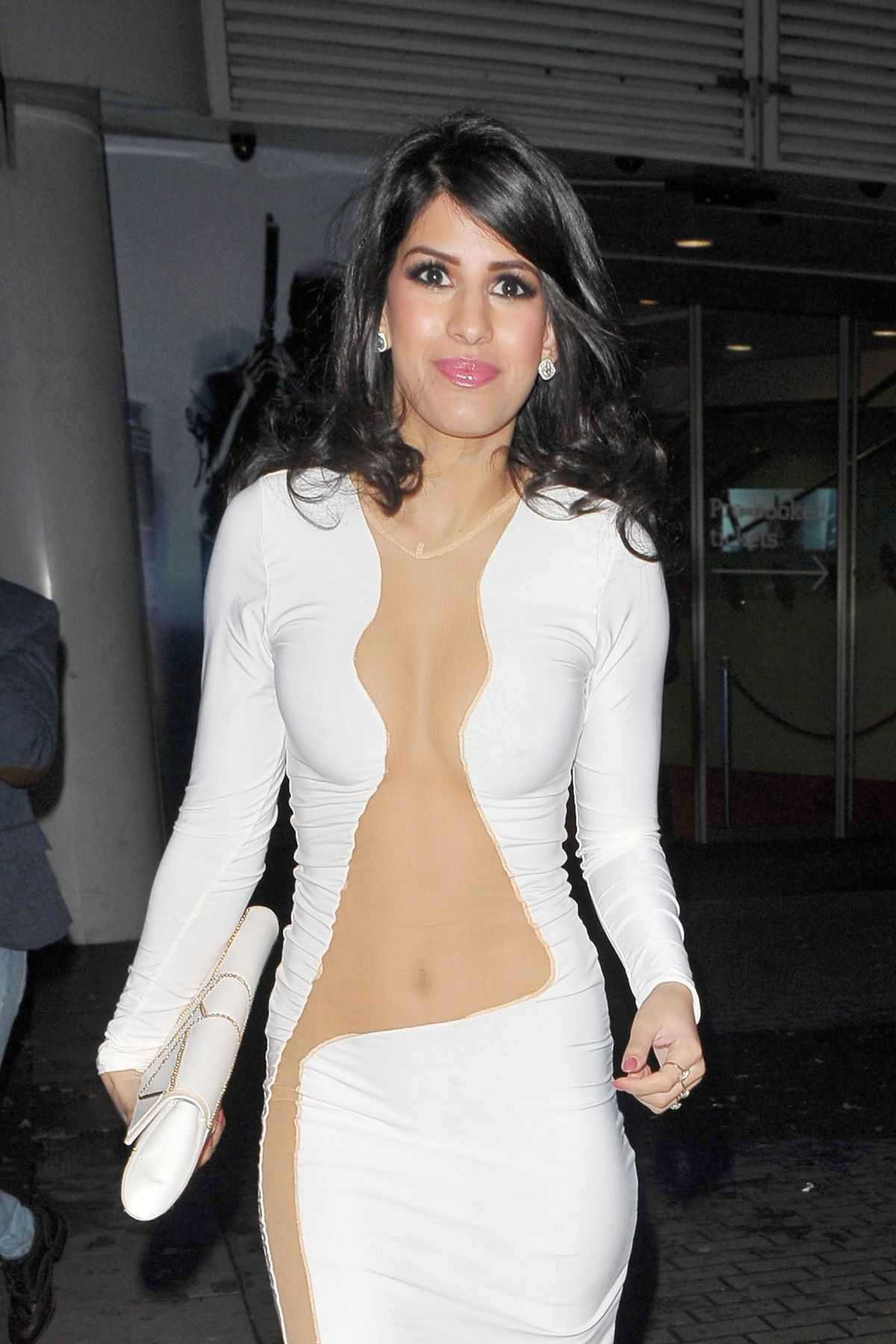jasmin-walia-at-robocop-premiere-in-london_7.jpg - 222.74 KB